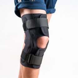 Frontalansicht der WRAP AROUND Kniebandage